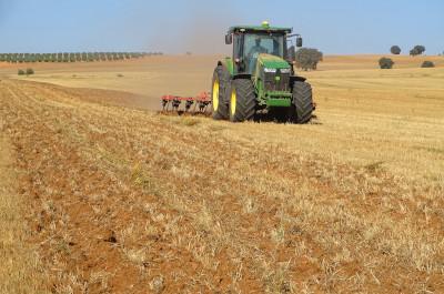 Preparando la tierra para la siembra en Las Terceras