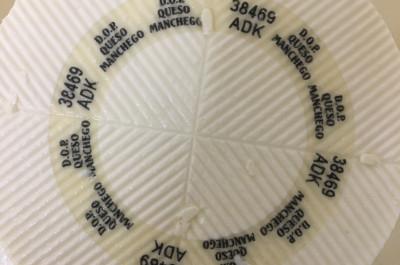 Placa de caseína que identifica nuestro queso como denominación de origen