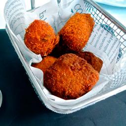 Restaurante que hace unas croquetas con nuestro queso manchego curado