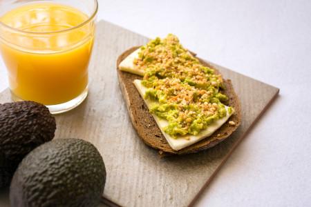 Desayuno con queso manchego D.O.P. y zumo de naranja