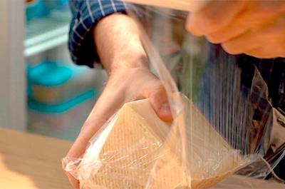 Envolver con papel film el queso manchego