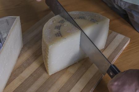 Como cortar el queso manchego de forma correcta