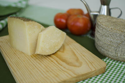 Corteza natural e imperfecciones del queso manchego